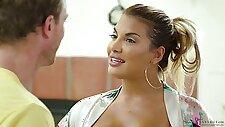 Skilled tanned masseuse Mercedes Carrera gives the bets ever nuru massage